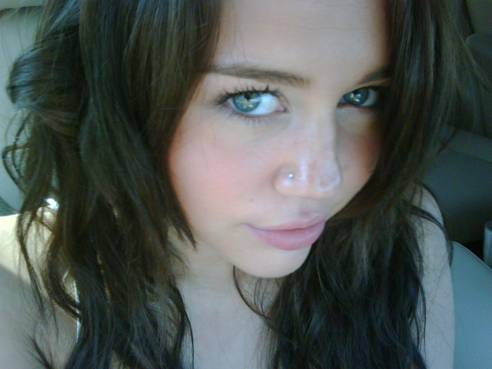 Miley gets Another Nose Piercing - MileyCyrusWorld.net